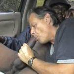 Cruising en el coche, maduro chupando polla negro