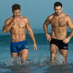 Hombres guapos machos en la playa