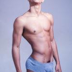 La belleza masculina del joven y guapo latino
