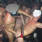 Orgía de hombres en la discoteca