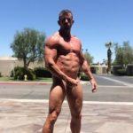 Hombre exhibicionista musculoso se hace una paja