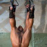 Encadenado listo para ser penetrado