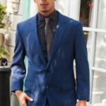 Drae Axtell con traje y corbata y su gran verga gruesa