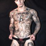 Cameron Diggs hombre sensual mostrando sus tatuajes y su pene